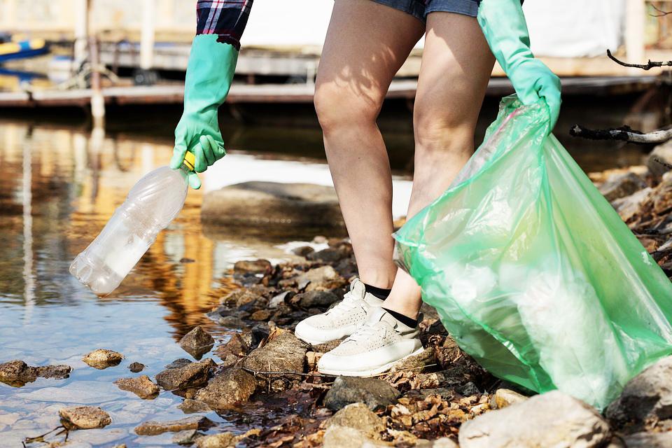 Уборка пластика у берега