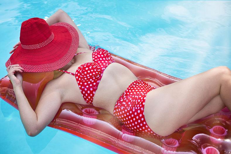 Девушка в купальнике в горошек