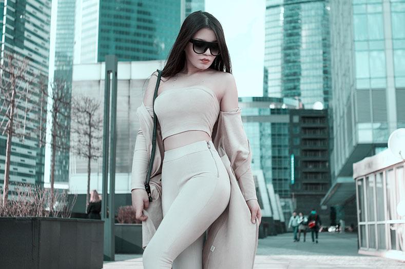 Девушка обтягивающих брюках