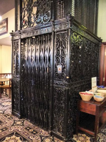 Распашной лифт Отис в Глазго