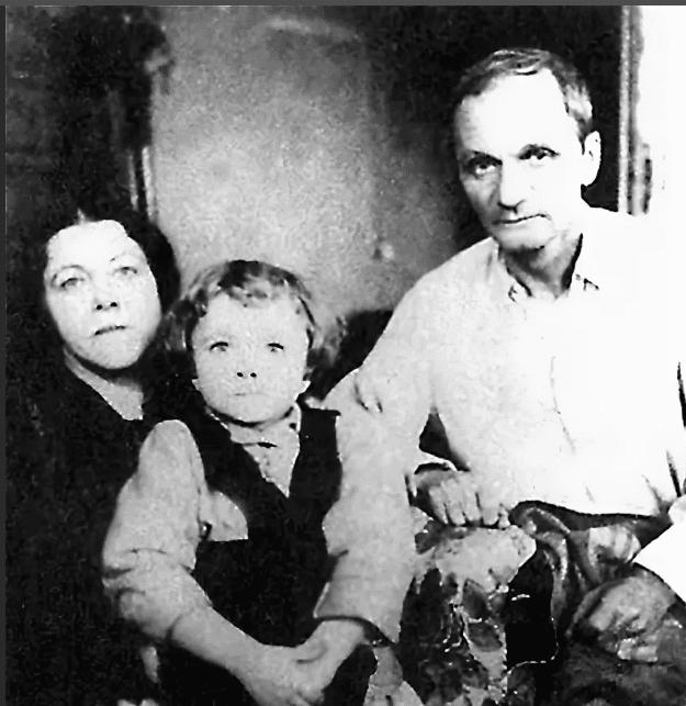 Андрей Платонов с женой и ребенком