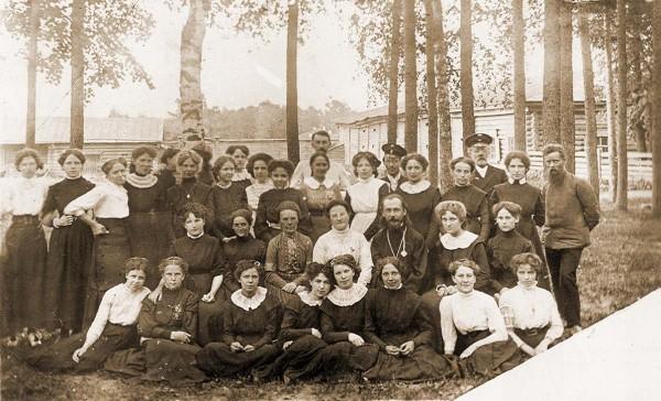 П. П. Бажов (стоит справа) среди учениц Епархиального училища. 1910 г. Рядом с Бажовым Валентина Александровна Иваницкая. В центре Сергий Александрович Увицкий